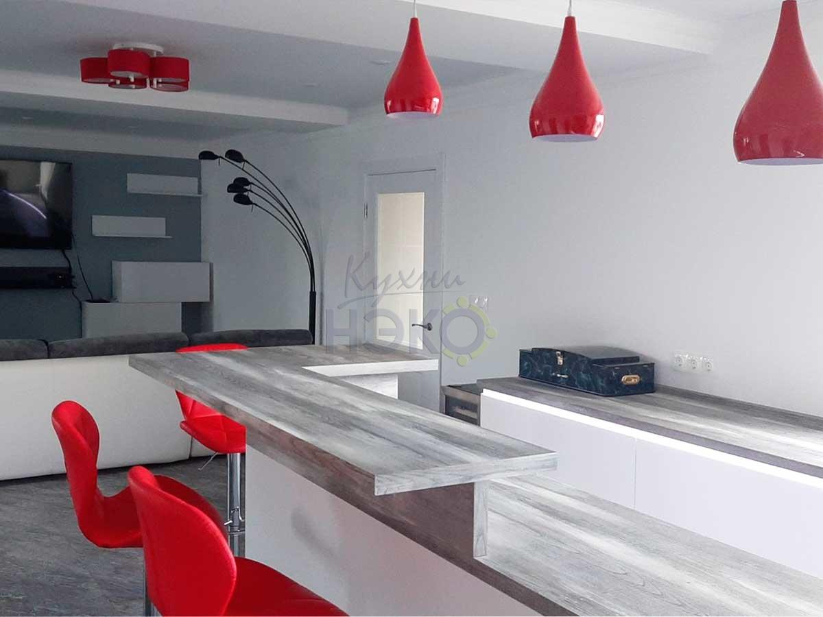 Белая кухня с древесной столешницей