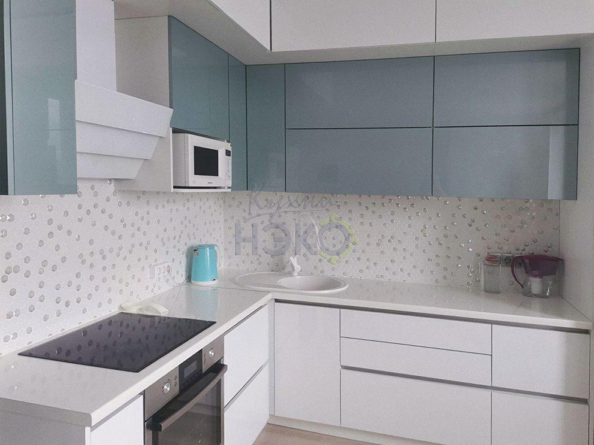 Белая кухня в потолок