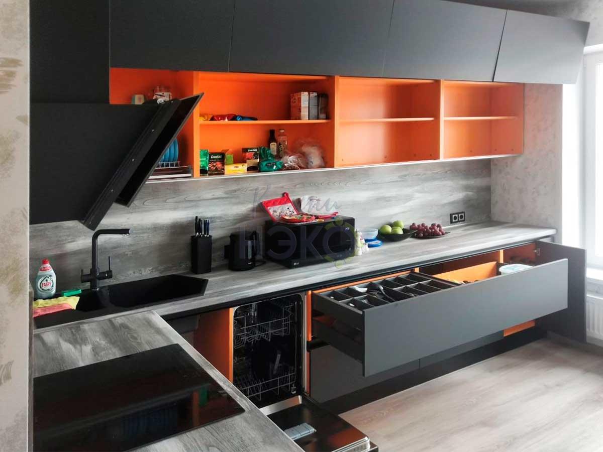 Кухня на заказ с яркими корпусами