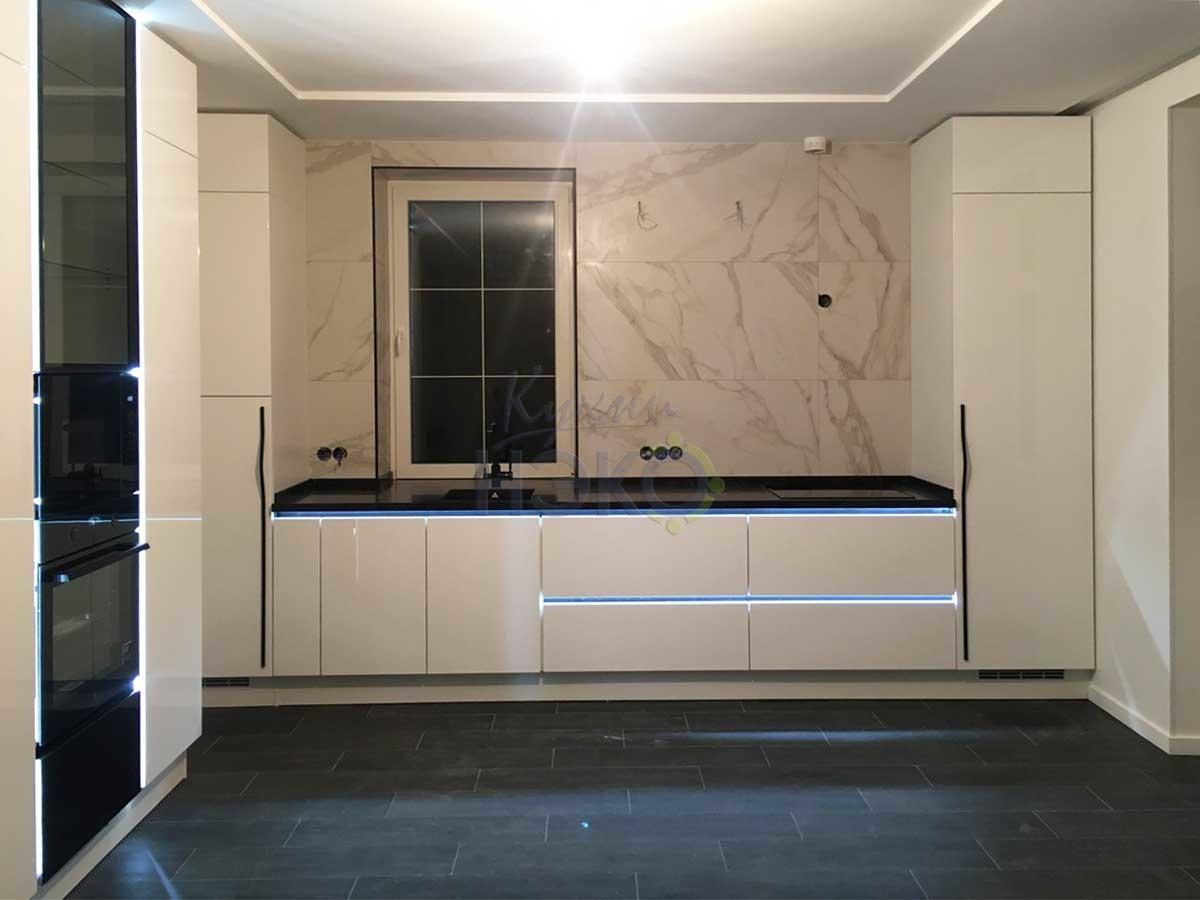 Выразительная черно-белая кухня