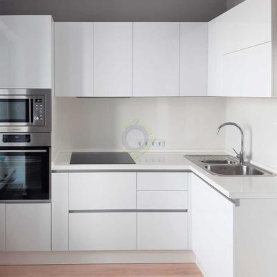 Белая кухня с фасадами МДФ в глянцевой пленке