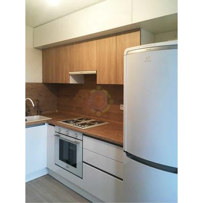 Кухня в потолок с древесными фасадами