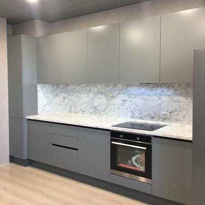 Прямая кухня с матовыми фасадами без ручек